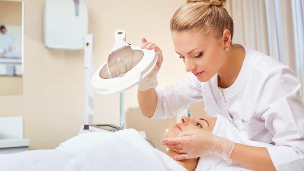 Dokter kulit dan dokter kecantikan: perbedaan dan kapan perlu konsultasi?