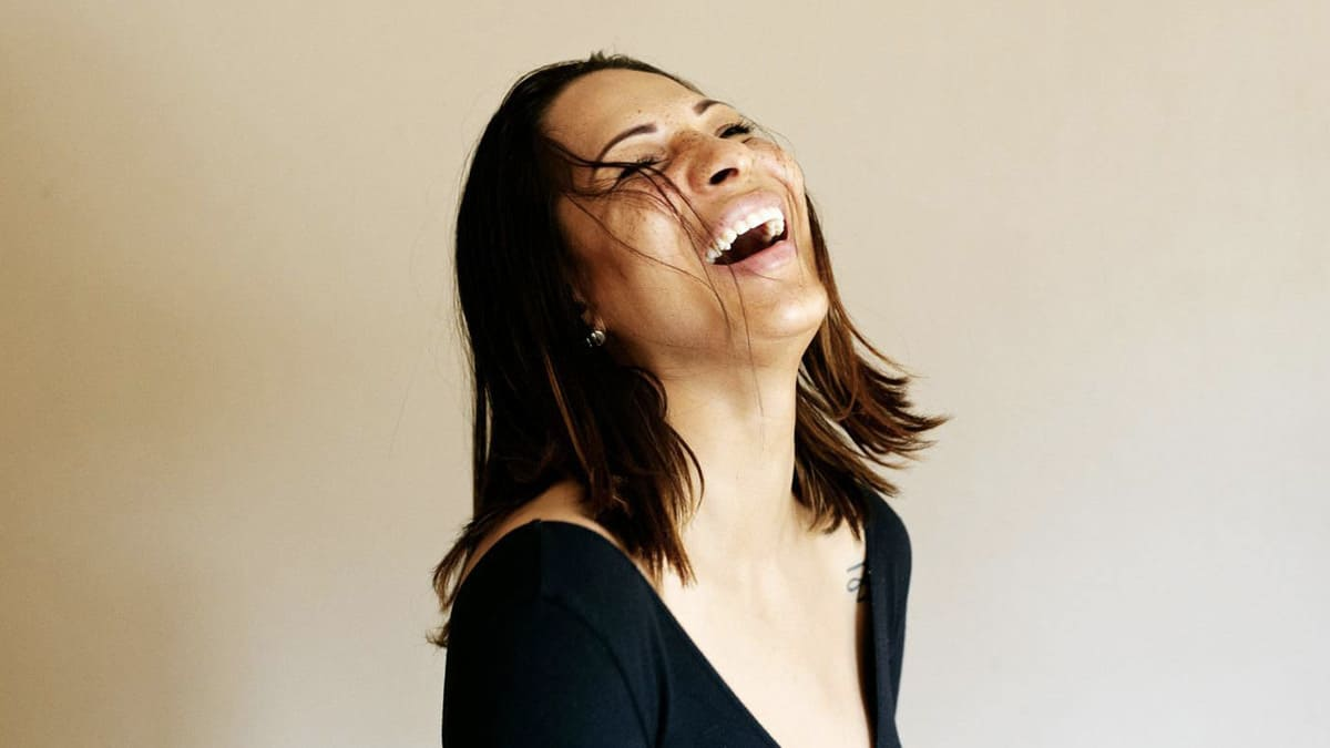 sering tertawa
