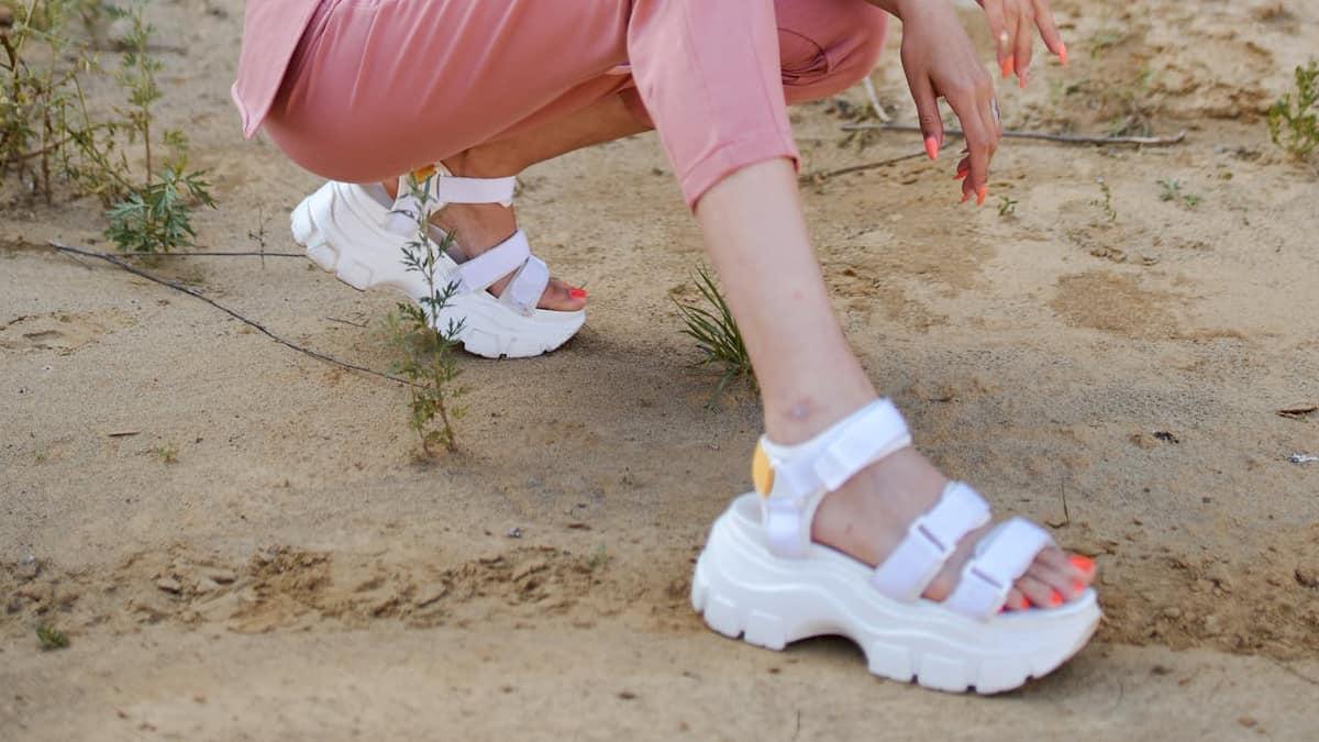 sandal tinggi