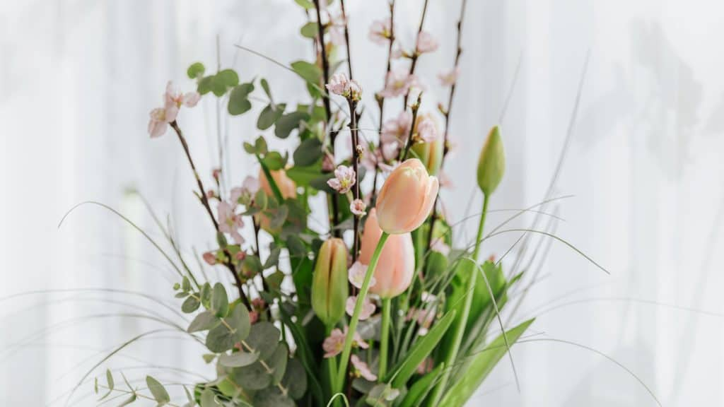 merangkai bunga
